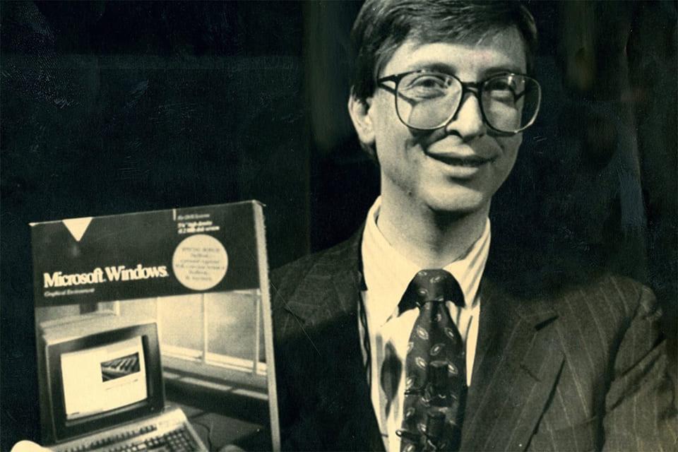 Билл Гейтс с первой версией OC Windows