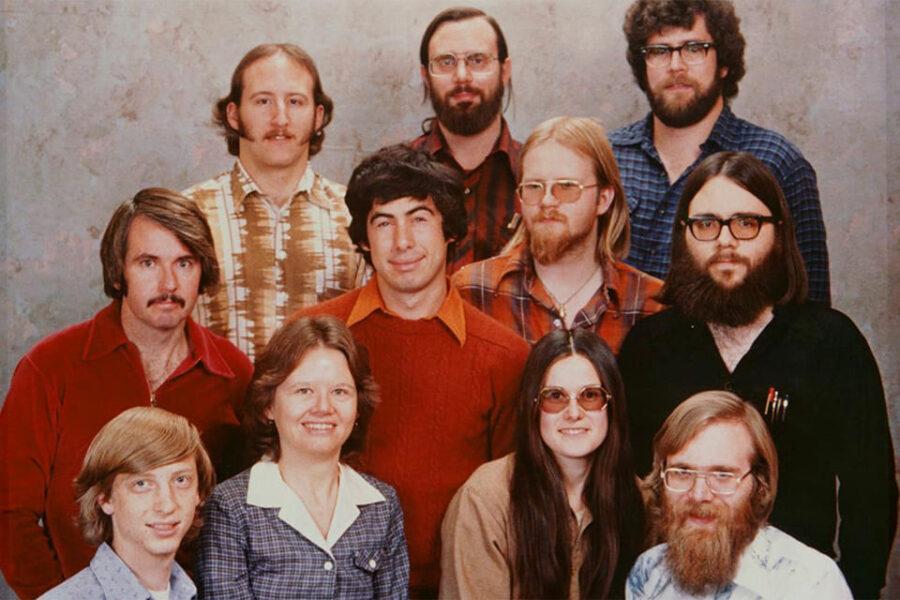 Основатели Microsoft Пол Аллен (крайни справа внизу) и Билл Гейтс с первой командой компании