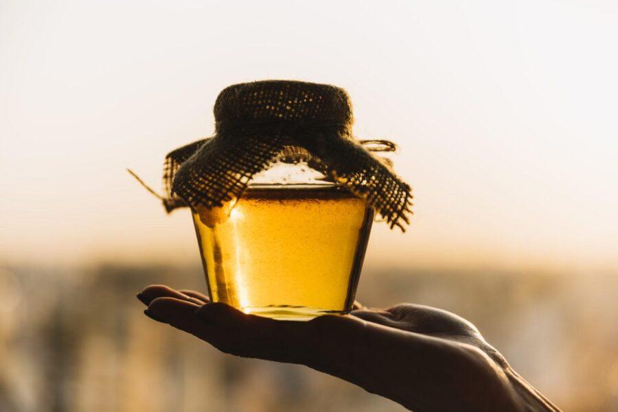 Сырой мед: что это такое и чем он отличается от обычного