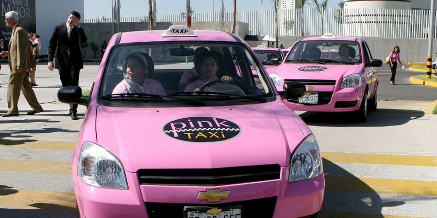 В Каире работает розовое такси (Pink Taxi) для женщин