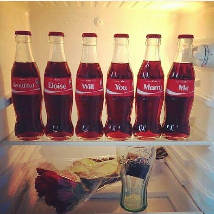 Донни МакГилврей заказал специальные бутылки coca-cola, чтобы собрать фразу из нескольких слов и сделать предложение руки и сердца своей девушке