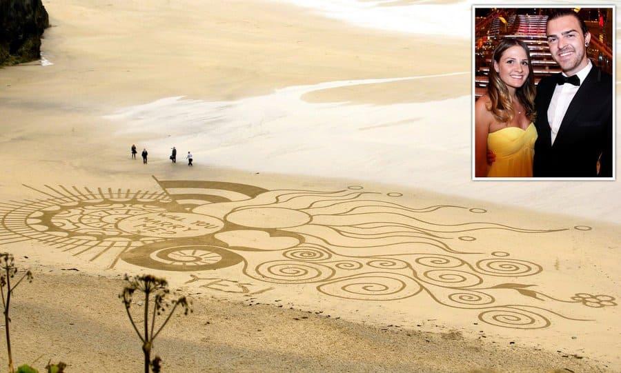Майк Уэйкфилд создал трогательный и милый рисунок на песке, чтобы сделать красивое предложение своей девушке