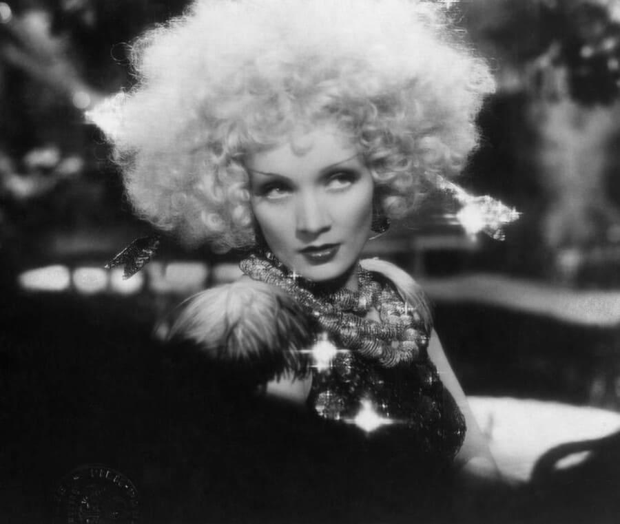 Кадр из фильма «Белокурая Венера» (1932 год), в котором известная актриса Марлен Дитрих появилась в украшениях и костюме с камнями Swarovski.