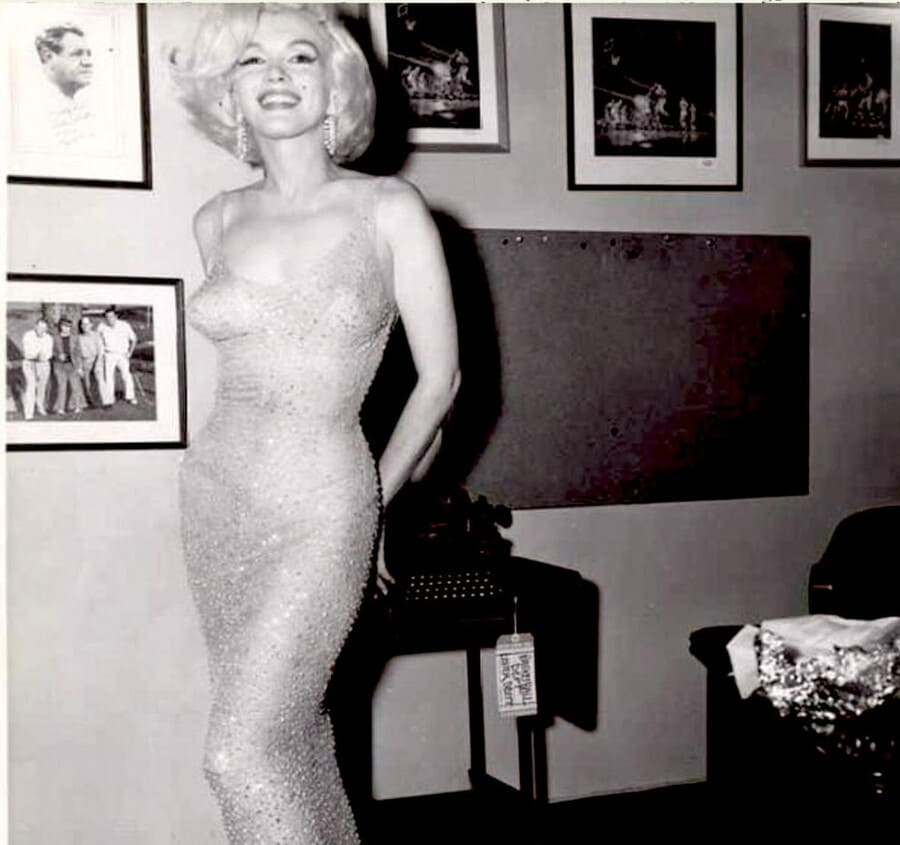 Праздничный концентр 1962 года в честь 45-летия Джона Кеннеди. Мэрилин Монро исполнила песню «Happy birthday» в платье, которые украшено 6000 кристаллами Swarovski.